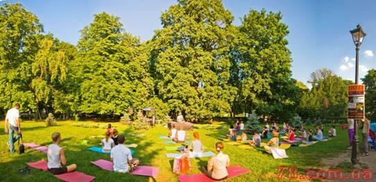 Йога практика на свежем воздухе