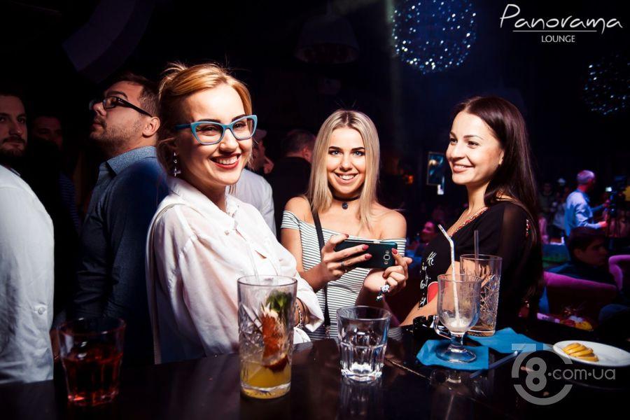 Рыжая девушка в клубе